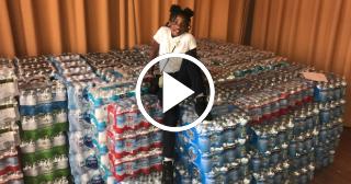 Una niña estadounidense aprovecha su cumpleaños para recolectar agua para Puerto Rico