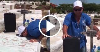 """Un padre visita a su hijo fallecido en el cementerio y le lleva la canción """"El Palón Divino"""" de Chocolate"""