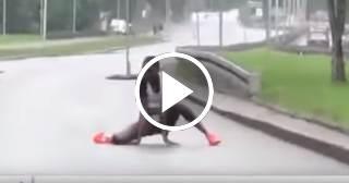 Dramáticas imágenes: Una atleta keniata de Maratón se derrumba a 800 metros de la meta