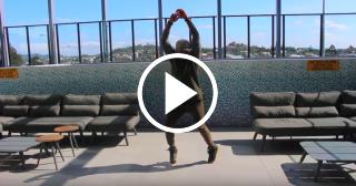 El espectacular baile de salsa de un cubano en la terraza de una cafetería