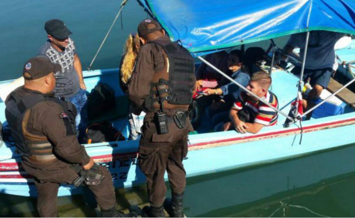 Detienen a cinco migrantes cubanos en Costa Rica a bordo de una lancha