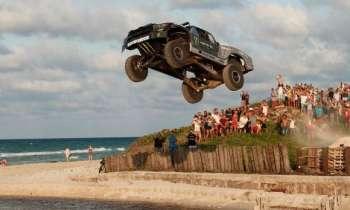 BJ Baldwin voló con su carro por las calles de La Habana
