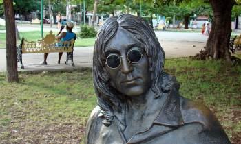 ¿Tiene nuevos espejuelos la estatua de Lennon?