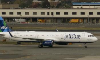 JetBlue cobra 100 dólares por entregar a una madre el hijo equivocado