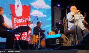 Humberto Solás homenajeado por Pablo Milanés en la inauguración de Gibara