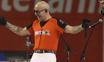 La vestimenta de Pitbull en Derby de Jonrones enciende las redes sociales