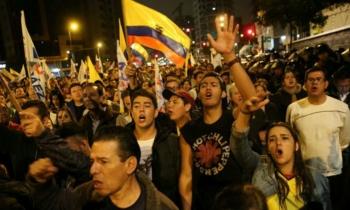 Ecuatorianos se lanzan a calles de Quito y gritan