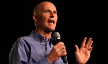 Gobernador de Florida firma ley para indemnizar a sobreviviente de famoso caso de abusos