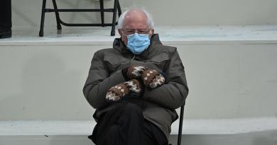 La imagen de Bernie Sanders usando unos llamativos guantes en la toma de posesión de Joe Biden se hizo viral.