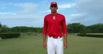 Corrales es un pitcher de recursos que alcanza las 90 millas.
