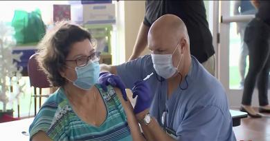 Las dosis que se aplican sonde la vacuna Pfizer, y fueron administradas a personas mayores de 65 años que viven en cuat