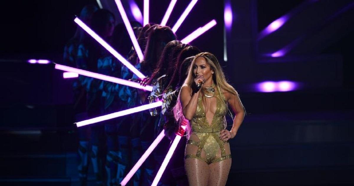 0ec6d6933dd1 Jennifer Lopez deslumbra con su actuación en vivo en los MTV Video Music  Awards 2018