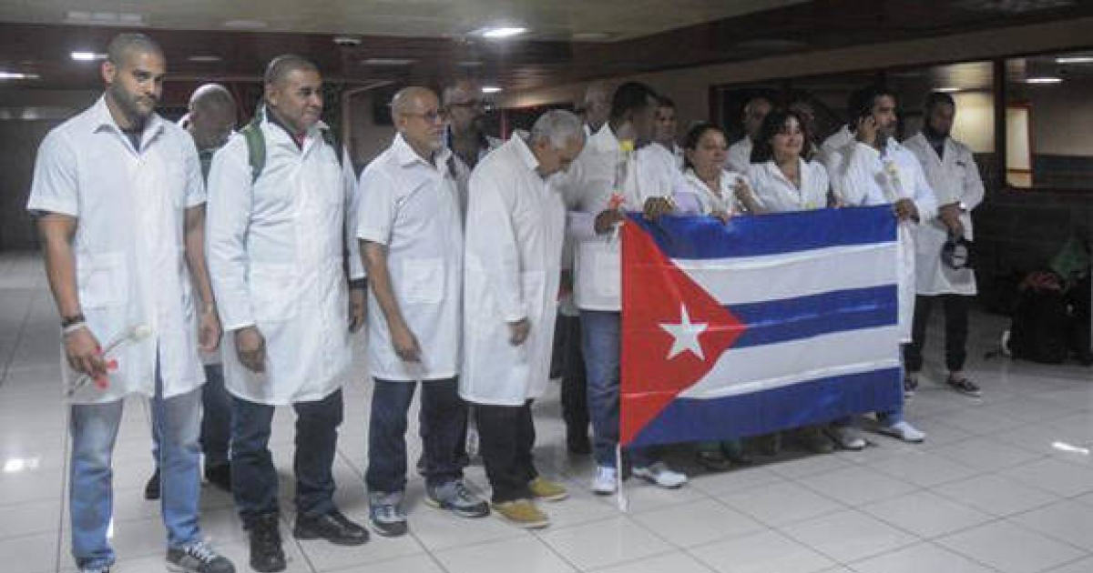 Kubanische Ärzte posieren mit der kubanischen Flagge | Foto © ACN / Oriol de la Cruz (Quelle: cibercuba.com)