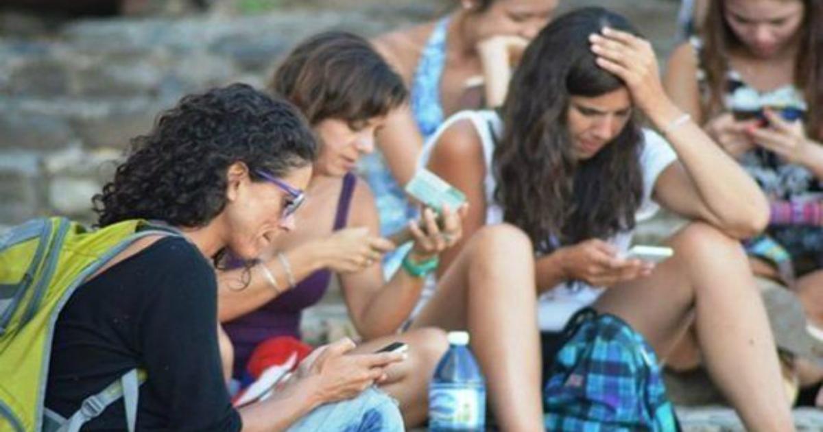 Los cubanos pagan más que en otros países por el servicio de Internet en los teléfonos celulares.