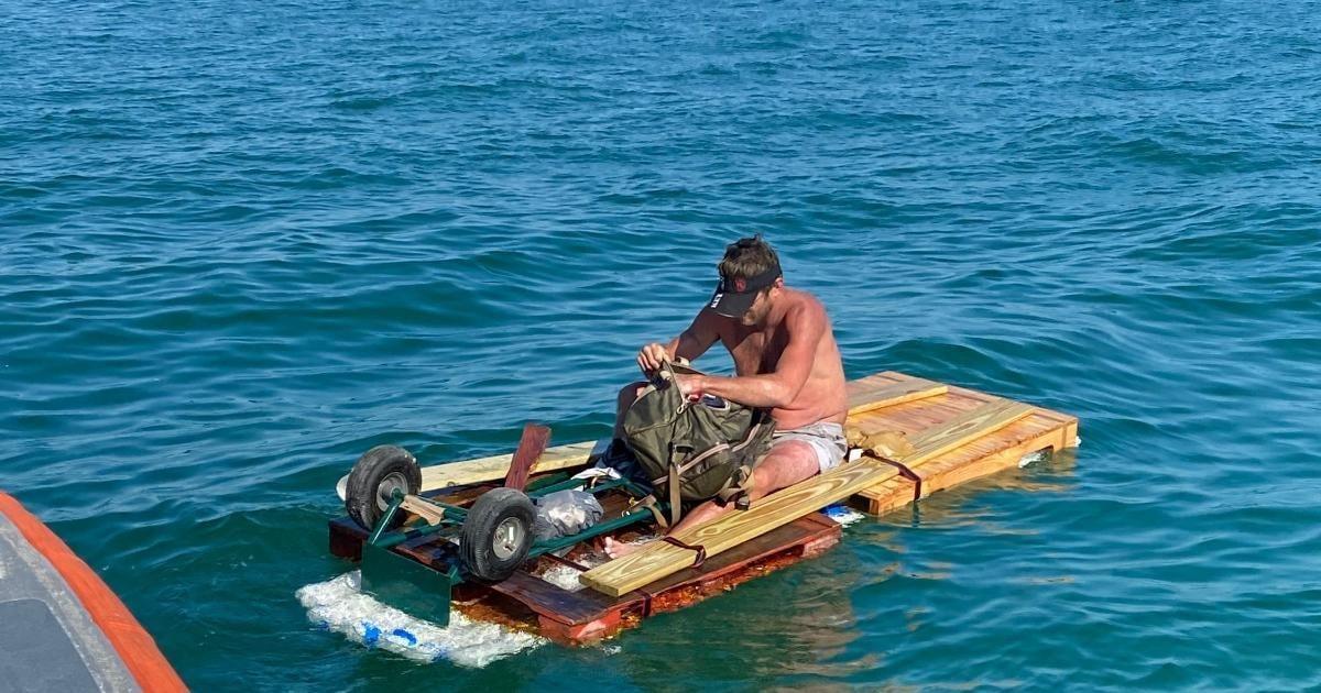 Kubanischer Flüchtling auf seinem Floß   Bildquelle: https://www.cibercuba.com/noticias/2021-01-24-u1-e207888-s27061-guardia-costera-rescata-hombre-deriva-balsa-improvisada © USCGSouthwest   Bilder sind in der Regel urheberrechtlich geschützt