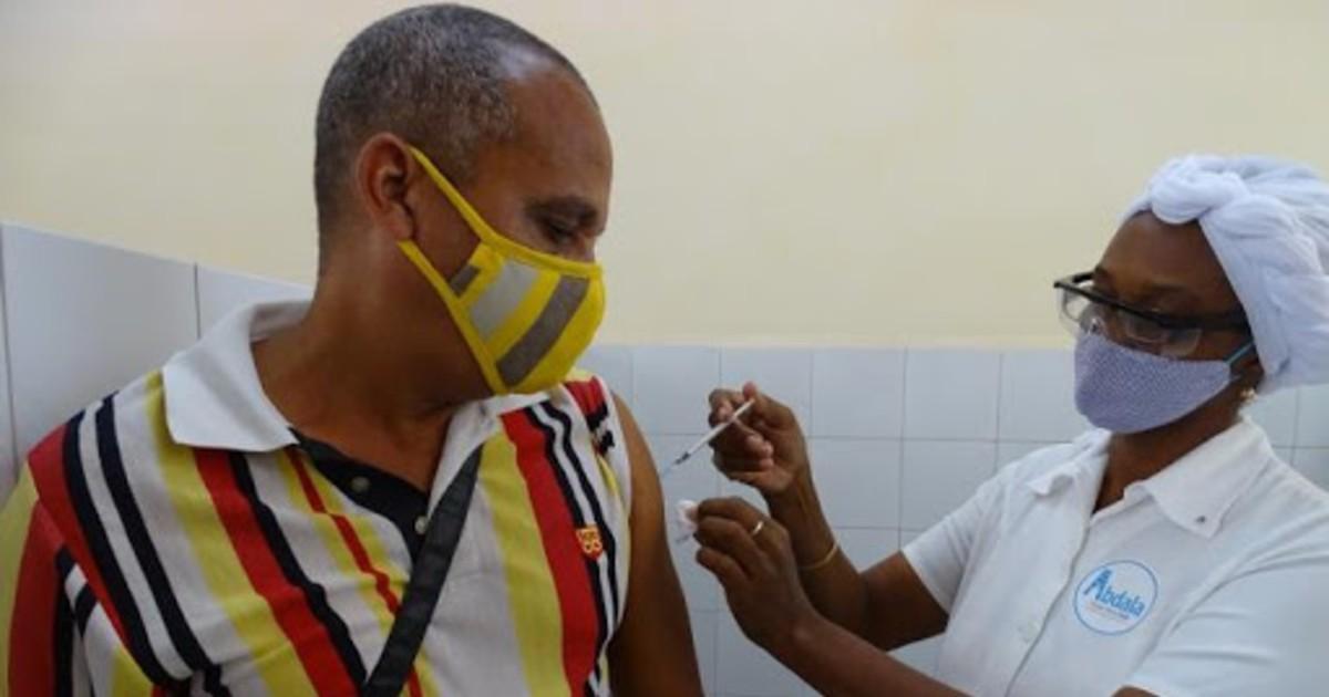 Kubaner beim Impfen | Bildquelle: https://t1p.de/t2ka © Granma / Eduardo Palomares | Bilder sind in der Regel urheberrechtlich geschützt