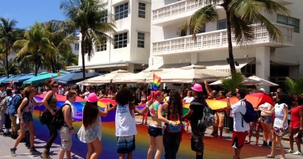 Personas lucen la bandera del Orgullo Gay en las calles de Miami Beach  9e8043320e1